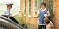 На снимке: сельский участковый  Дмитрий Манцеров приехал по звонку Любови Михайловны Ивановой, когда корреспонденты «ТК» находились в Заливино, где встречались с участниками конфликта, произошедшего июньским вечером.